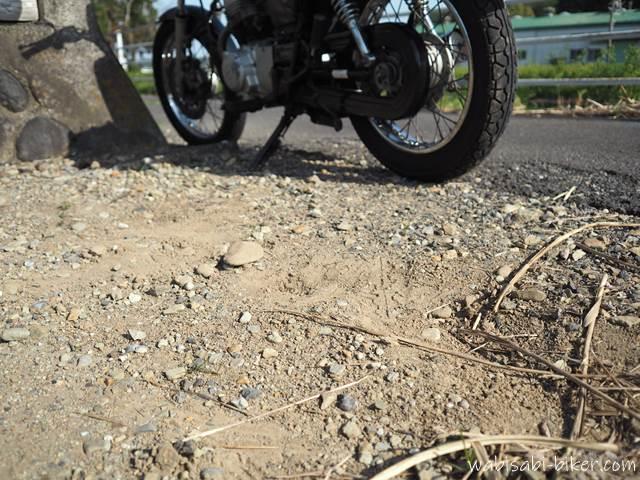 バイクのサイドスタンドがめり込んだ地面