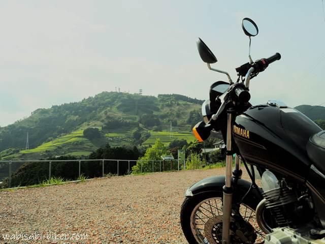粟ヶ岳の茶文字とオートバイ