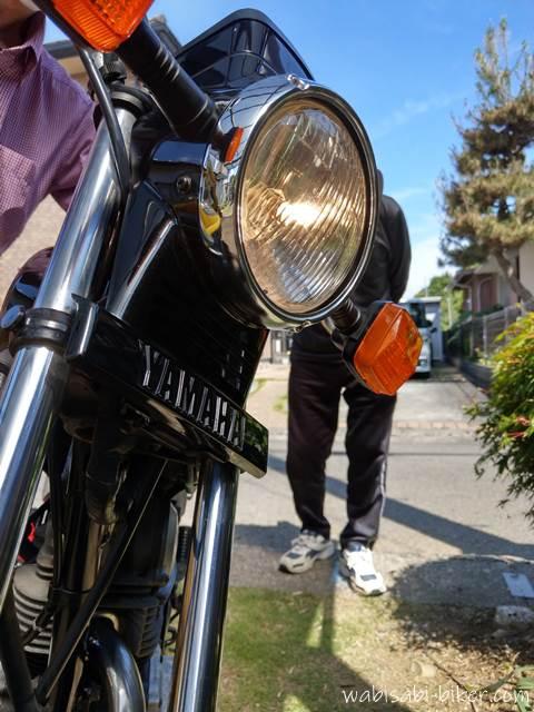 車から充電中のオートバイ