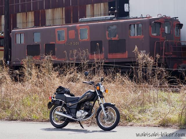 古い列車とオートバイ