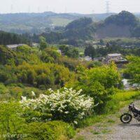 初夏の里山とオートバイ