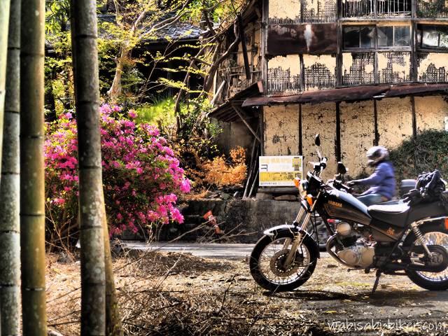 廃屋とツツジと竹とオートバイ
