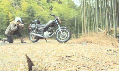 タケノコとオートバイと写真を撮る女性ライダー