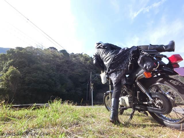バイクを跨ぐ女性ライダー