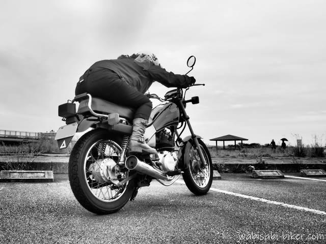 ドラッグレーサー風なバイク乗車姿勢