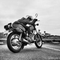 バイクに跨る女性ライダー