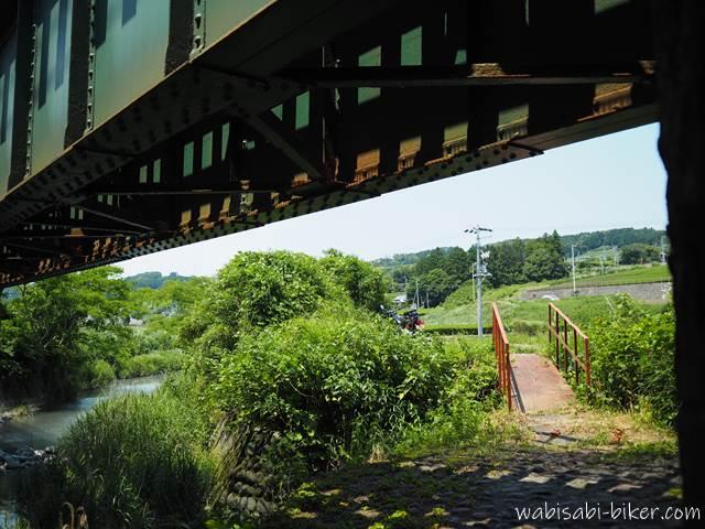 橋梁の下に行ける橋