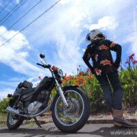 アロハシャツの女性ライダーとオートバイ