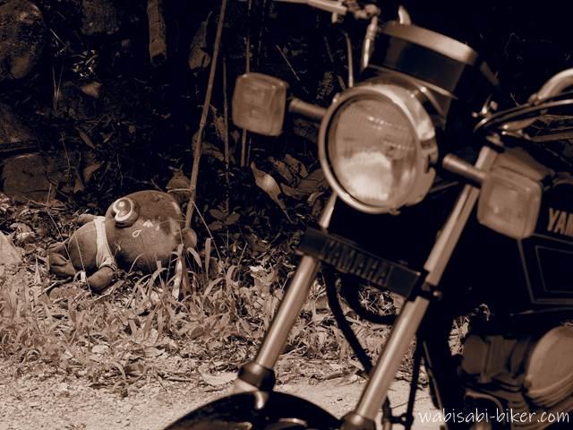 ブタのぬいぐるみとオートバイ