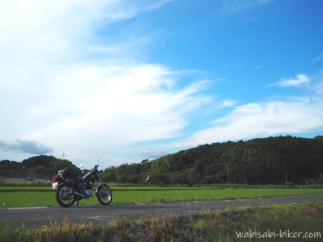 田んぼとオートバイ