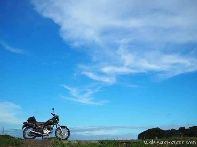 青空とオートバイ