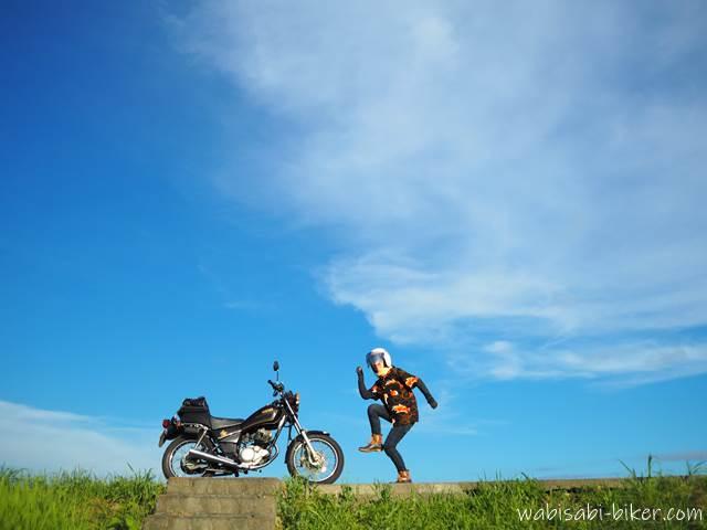 青空とオートバイと女性ライダー