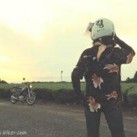 アロハシャツを着た女性ライダーと茶畑