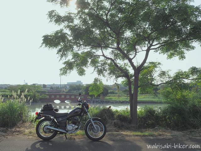 川と木とオートバイ