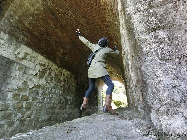 倉沢川橋梁 ジャンプする女性