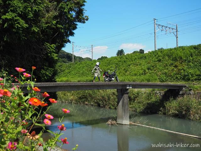 橋の上の女性ライダー